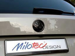 Skoda-Emblem, schwarz - Karoq hinten